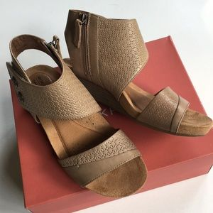 New in box Rockport/Cobb Hill leather sandals